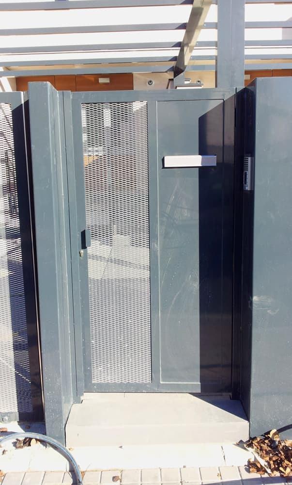 Puerta batiente peatonal, vista desde el exterior (e7384)