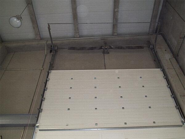 Seccional industrial, apertura vertical, con panel tipo sándwich multiacanalado (e24)