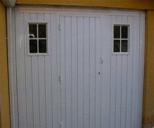 Basculante 1 hoja con portillo, en chapa perfil P.B. refuerzo y ventanas (e4554)
