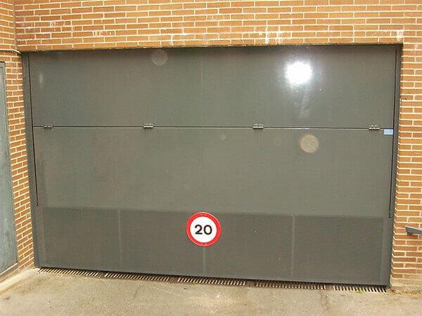Basculante 2 hojas, en chapa lisa. Zona inferior en chapa perforada para ventilación. Apertura hacia afuera (e4442-1)