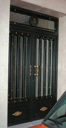 Portal batiente 2 hojas con partes fijas barrotes y motivos en forja (p20)