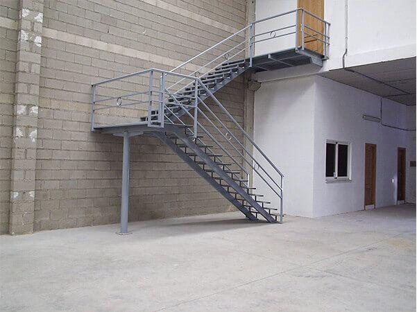 Escalera con 2 plataformas, perfil IPN, peldaños y plataformas en chapa estriada, barandilla con motivos