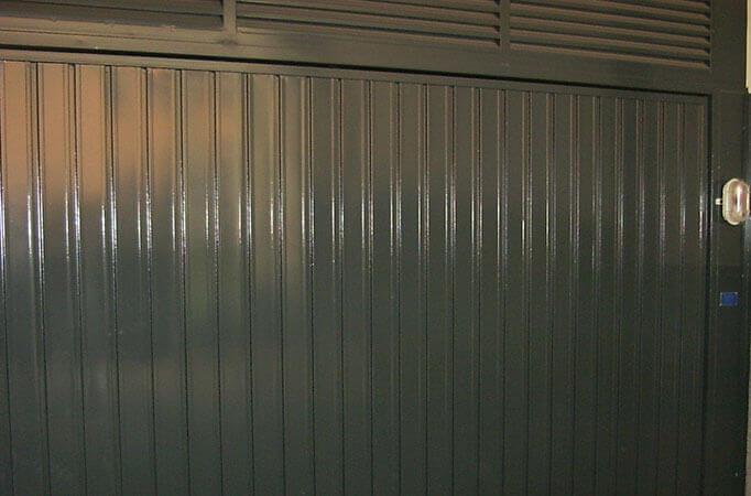 Abisagrada de 1 hoja en chapa perfil P.B. refuerzo lamas para ventilación (e3345)