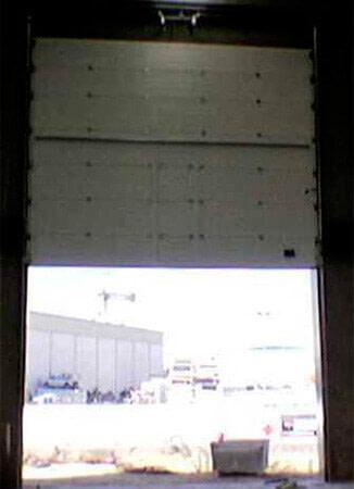 Seccional industrial, apertura vertical, con panel tipo sándwich multiacanalado (e24-2)