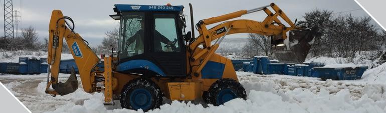 Máquina excavadora quitando nieve. Contenedores Jokin