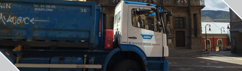 Camión de transporte de residuos. Contenedores Jokin